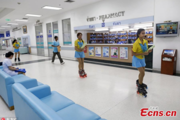 ecns.cn: Nursing Aides Rollerblade Through Thailand Hospital